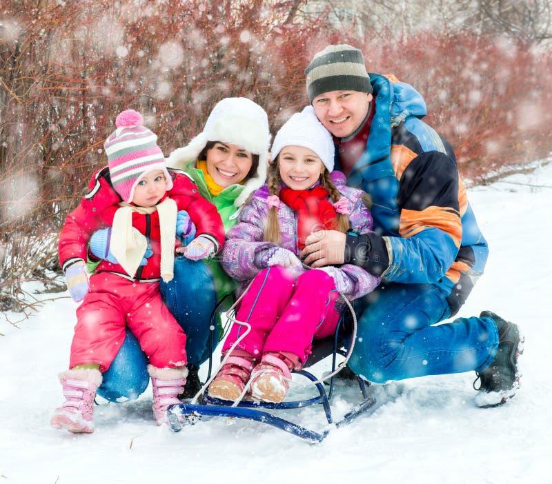 Χειμερινό πορτρέτο της ευτυχούς νέας οικογένειας στοκ εικόνες