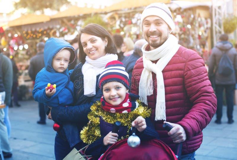 Χειμερινό πορτρέτο της ευτυχούς οικογένειας στοκ φωτογραφίες με δικαίωμα ελεύθερης χρήσης