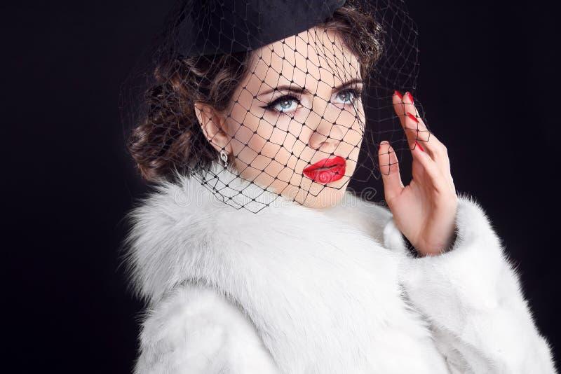 Χειμερινό πορτρέτο της κομψής αναδρομικής γυναίκας που φορά λίγο καπέλο με το β στοκ εικόνες