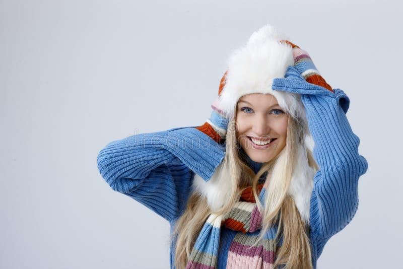 Χειμερινό πορτρέτο της ξανθής γυναίκας στοκ φωτογραφία