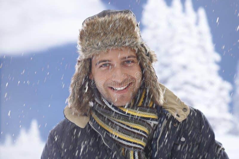 Χειμερινό πορτρέτο του ευτυχούς ατόμου στοκ εικόνα