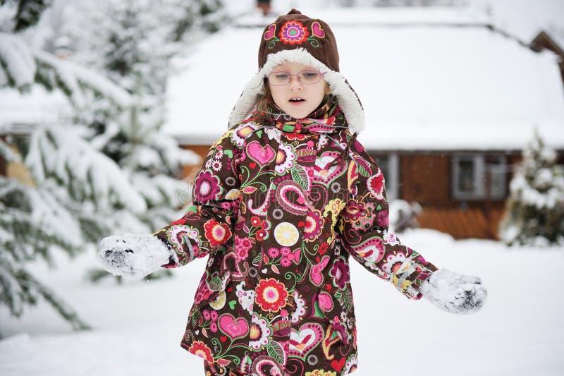 Χειμερινό πορτρέτο του εύθυμου κοριτσιού παιδιών στοκ εικόνα