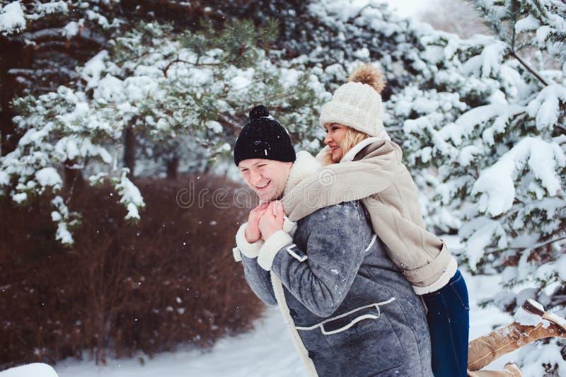 Χειμερινό πορτρέτο τρόπου ζωής του ρομαντικού ζεύγους που περπατά και που έχει τη διασκέδαση στοκ εικόνα με δικαίωμα ελεύθερης χρήσης