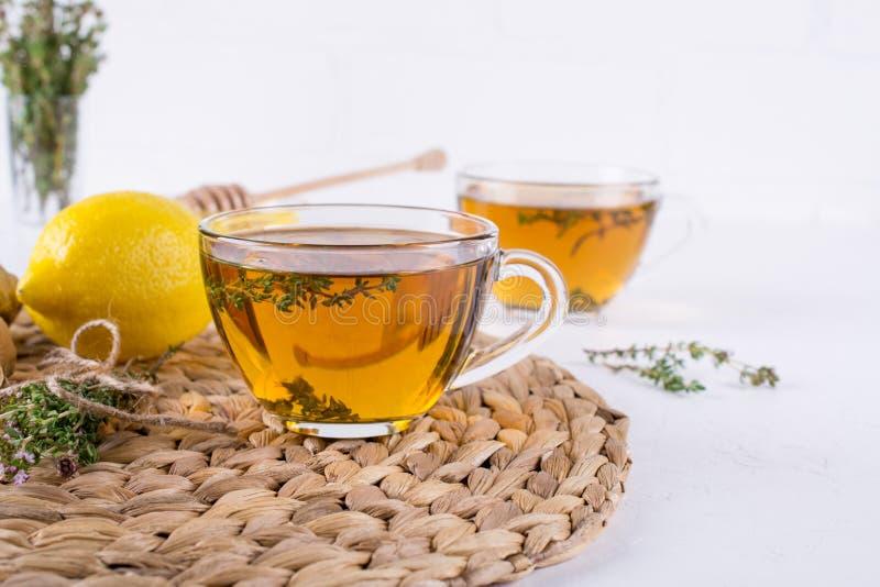 Χειμερινό ποτό Θέρμανση του καυτού τσαγιού με το λεμόνι, την πιπερόριζα, και το θυμάρι χορταριών, στοκ φωτογραφίες