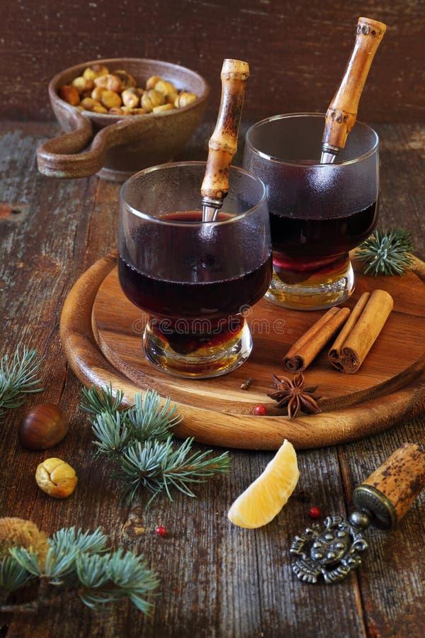 Χειμερινό ποτό: καυτά κάστανα κρασιού και ψητού στοκ φωτογραφίες με δικαίωμα ελεύθερης χρήσης
