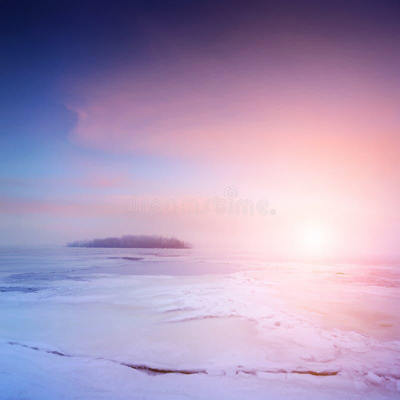 Χειμερινό τοπίο, ανατολή πέρα από τον παγωμένο ποταμό στοκ εικόνες