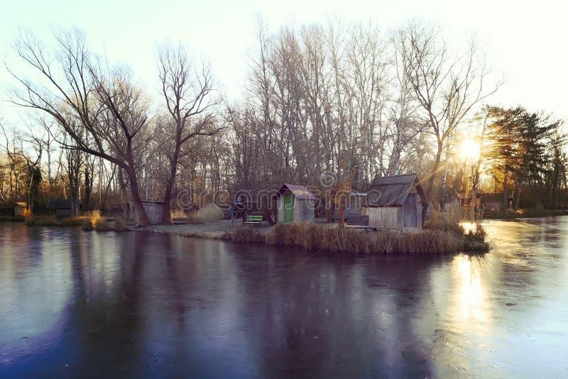 Χειμερινό τοπίο με μια μικρή λίμνη, φύση στοκ φωτογραφία με δικαίωμα ελεύθερης χρήσης
