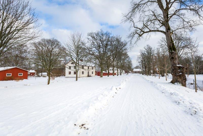 Χειμερινό τοπίο με τα κόκκινα ξύλινα σπίτια στη Σουηδία στοκ φωτογραφία με δικαίωμα ελεύθερης χρήσης