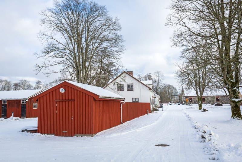 Χειμερινό τοπίο με τα κόκκινα ξύλινα σπίτια στη Σουηδία στοκ εικόνες