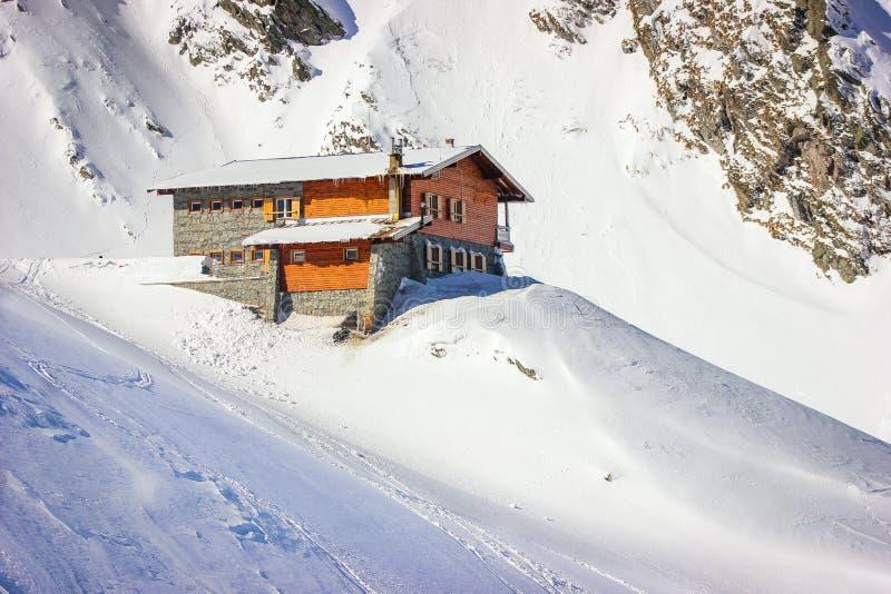 Χειμερινό τοπίο με την καμπίνα στα βουνά λιμνών και Fagaras Balea στοκ εικόνα