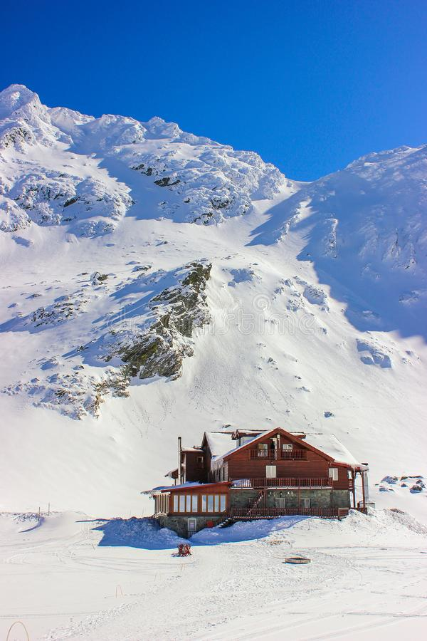 Χειμερινό τοπίο με την καμπίνα στα βουνά λιμνών και Fagaras Balea στοκ εικόνες