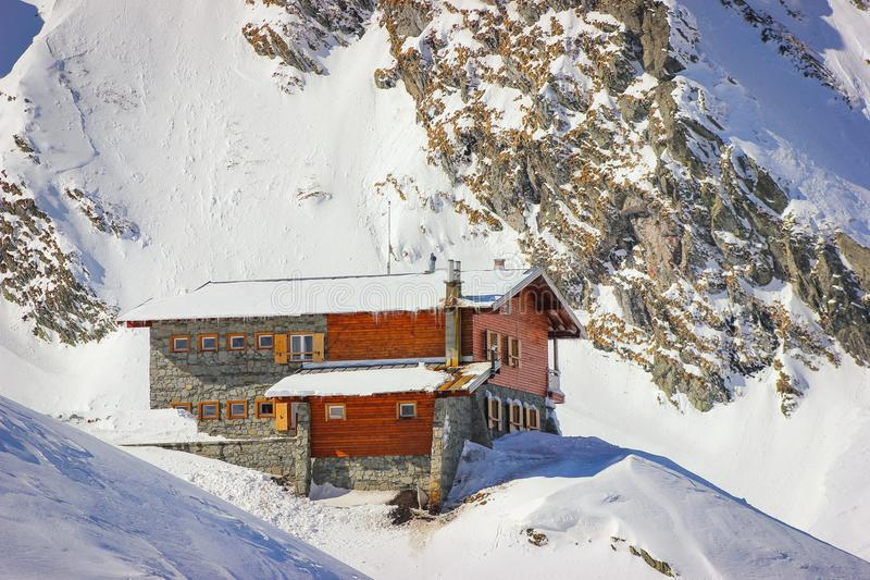 Χειμερινό τοπίο με την καμπίνα στη λίμνη και Fagaras Balea στοκ φωτογραφία με δικαίωμα ελεύθερης χρήσης