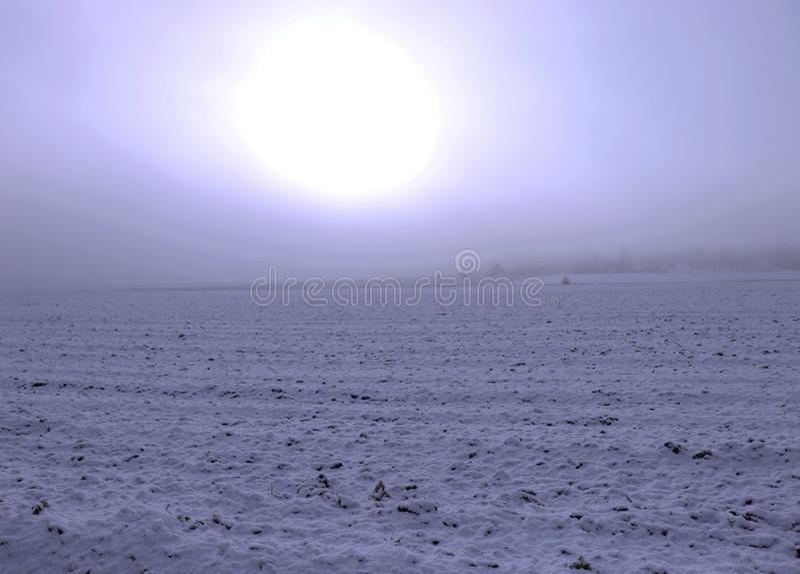 Χειμερινό τοπίο, τοπίο με τον ευμετάβλητο ουρανό πριν από το ηλιοβασίλεμα, τομέας του χιονιού και νεφελώδης ουρανός στοκ εικόνες με δικαίωμα ελεύθερης χρήσης