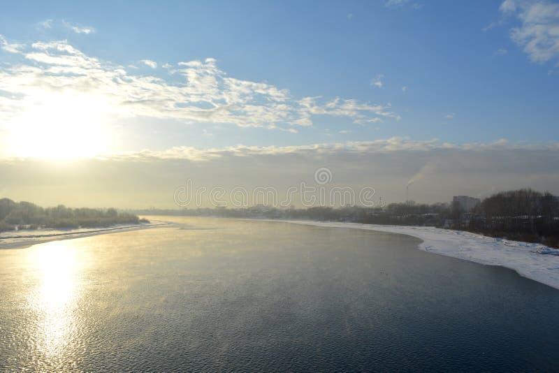 Χειμερινό τοπίο με τον ποταμό στο ηλιοβασίλεμα Ρωσικό τοπίο στοκ φωτογραφίες