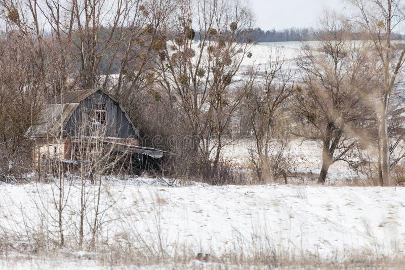 Χειμερινό τοπίο με το εγκαταλειμμένο σπίτι στοκ εικόνα με δικαίωμα ελεύθερης χρήσης