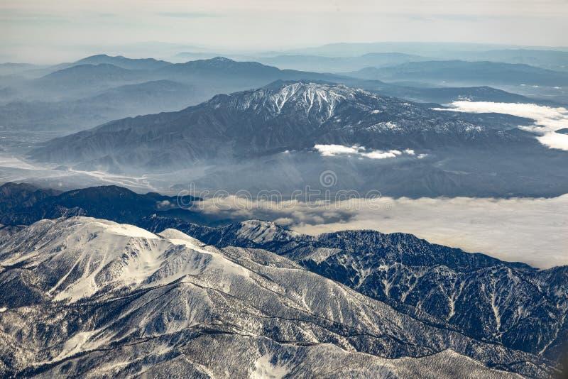 Χειμερινό τοπίο σε Καλιφόρνια με τα χιονισμένα βουνά κοντά σε Landers στοκ εικόνες