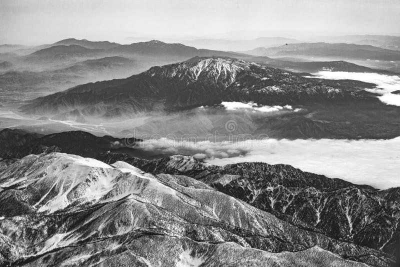 Χειμερινό τοπίο σε Καλιφόρνια με τα χιονισμένα βουνά κοντά σε Landers στοκ φωτογραφίες