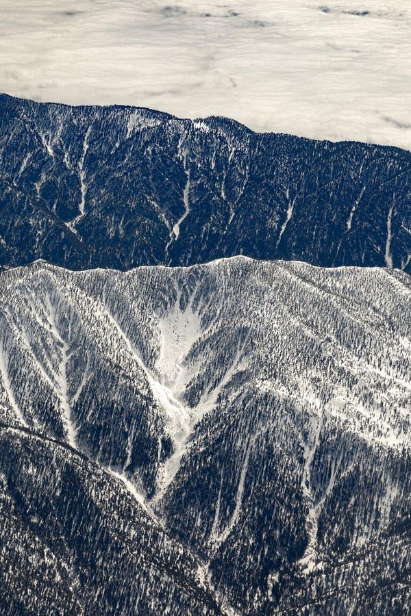 Χειμερινό τοπίο σε Καλιφόρνια με τα χιονισμένα βουνά κοντά σε Landers στοκ εικόνα με δικαίωμα ελεύθερης χρήσης