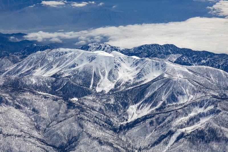 Χειμερινό τοπίο σε Καλιφόρνια με τα χιονισμένα βουνά κοντά σε Landers στοκ φωτογραφία με δικαίωμα ελεύθερης χρήσης
