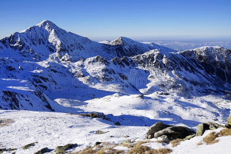 Χειμερινό τοπίο στα ρουμανικά βουνά στοκ εικόνα