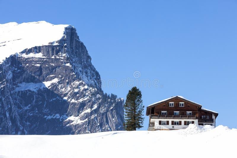 Χειμερινό τοπίο στις αυστριακές Άλπεις, ξύλινο σαλέ στο χιόνι στοκ φωτογραφία με δικαίωμα ελεύθερης χρήσης