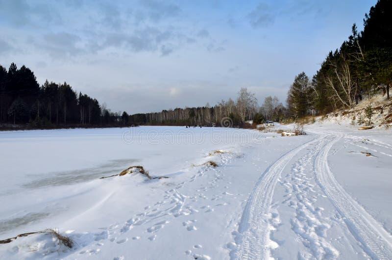 Χειμερινό τοπίο στον ποταμό Οι ψαράδες πιάνουν τα ψάρια το χειμώνα ο πάγος αλιείας ψαριών βρίσκεται ακριβώς παγιδευμένος transbai στοκ εικόνα