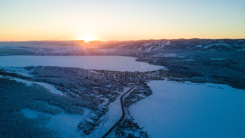Χειμερινό τοπίο, χιονώδη βουνά Ural στη νεφελώδη ημέρα, Ρωσία στοκ εικόνα