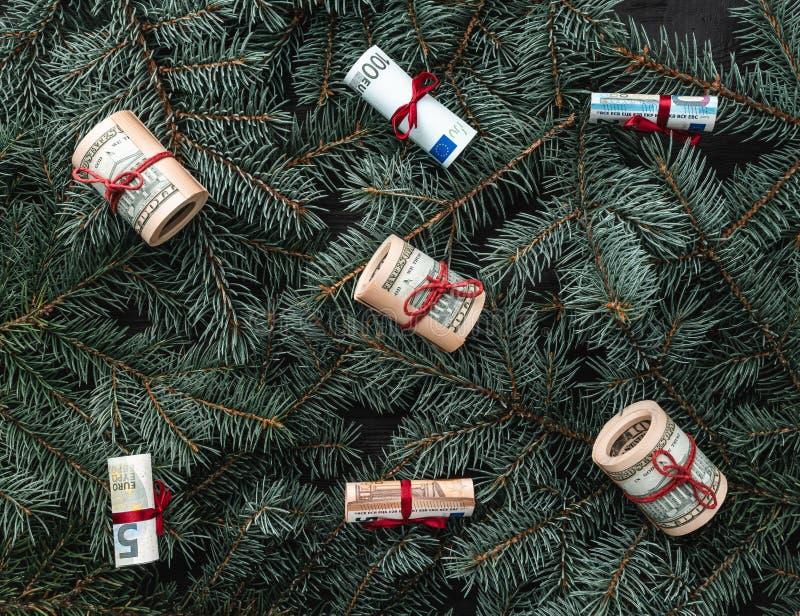 Χειμερινό υπόβαθρο των κλάδων έλατου Χρήματα υπό μορφή παιχνιδιών ουρανός santa του Klaus παγετού Χριστουγέννων καρτών τσαντών Το στοκ εικόνα με δικαίωμα ελεύθερης χρήσης