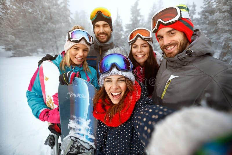 Χειμώνας, ακραίος αθλητισμός και έννοια ανθρώπων - φίλοι που έχουν τη διασκέδαση επάνω στοκ φωτογραφίες με δικαίωμα ελεύθερης χρήσης