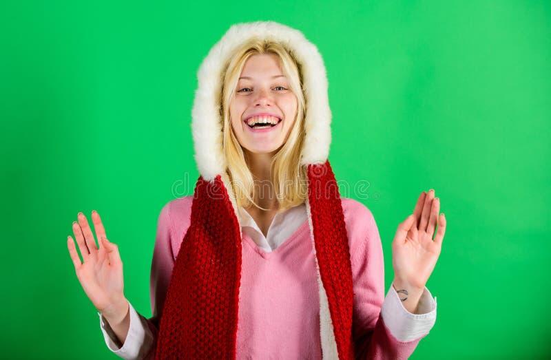 Χειμώνας για τα άνετα θερμά εξαρτήματα Αφήνει την παραμονή θερμή στον ιματισμό γουνών Εύθυμη ξανθή θερμαίνοντας κουκούλα γουνών έ στοκ εικόνες με δικαίωμα ελεύθερης χρήσης