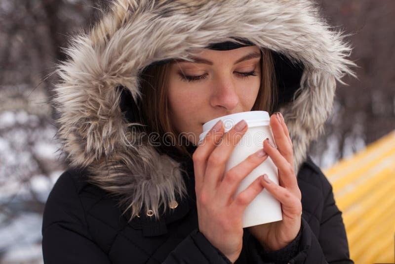 Χειμώνας, γυναίκα και καυτό ποτό στοκ φωτογραφίες