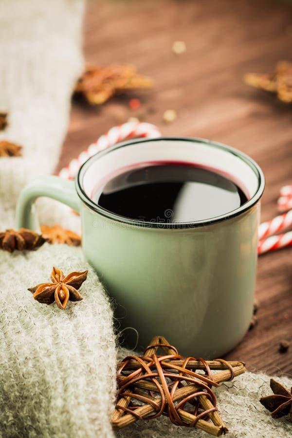 Χειμώνας και νέο θέμα έτους Καυτό βράζοντας στον ατμό φλυτζάνι Χριστουγέννων glint του κρασιού με τα καρυκεύματα, γλυκάνισο, μπισ στοκ φωτογραφία με δικαίωμα ελεύθερης χρήσης