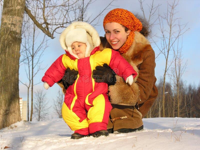 χειμώνας μητέρων μωρών στοκ εικόνα με δικαίωμα ελεύθερης χρήσης