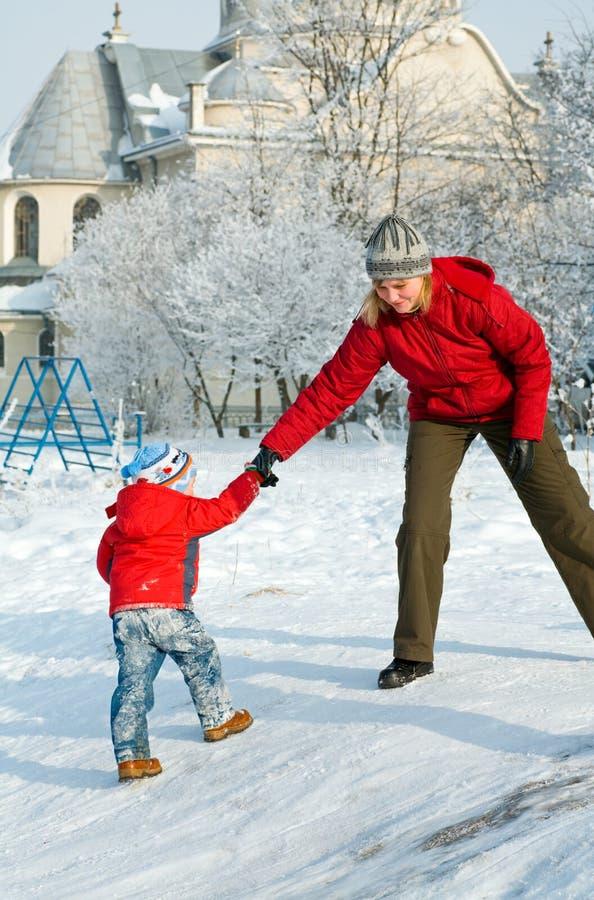 χειμώνας οικογενειακών περιπάτων στοκ εικόνα με δικαίωμα ελεύθερης χρήσης