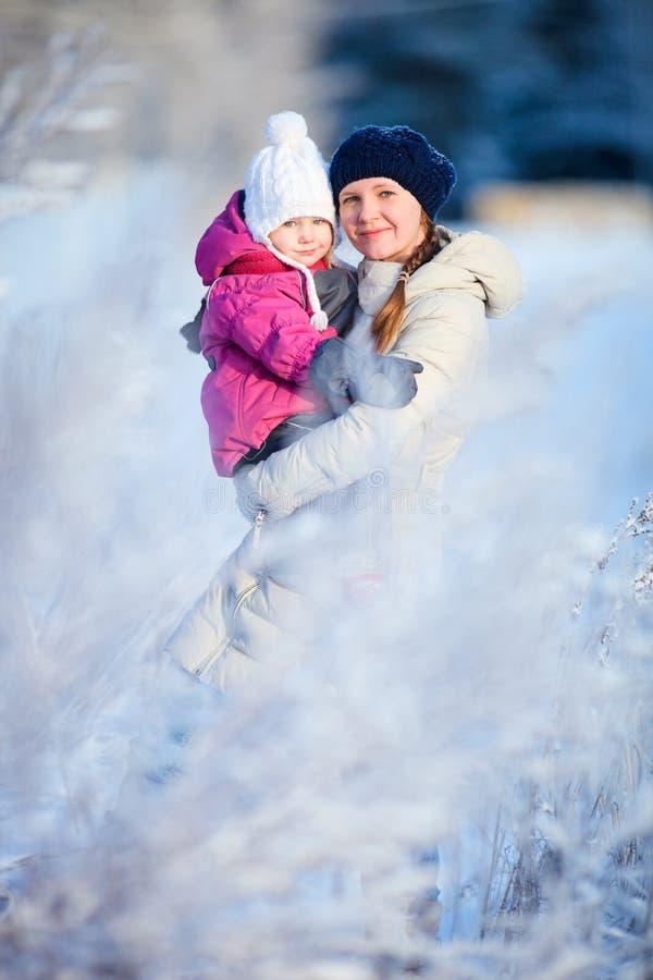 χειμώνας πορτρέτου μητέρων κορών στοκ φωτογραφίες με δικαίωμα ελεύθερης χρήσης