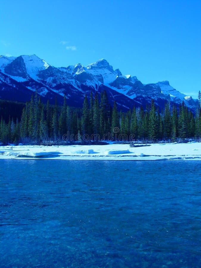 Download χειμώνας ποταμών βουνών στοκ εικόνα. εικόνα από κρύο, βαθυγάλανος - 379865