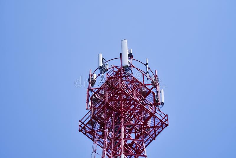 χειμώνας πύργων τηλεπικοινωνιών νύχτας της Μόσχας πόλεων περιοχής dmitrov Ασύρματη συσκευή αποστολής σημάτων κεραιών επικοινωνίας στοκ εικόνα