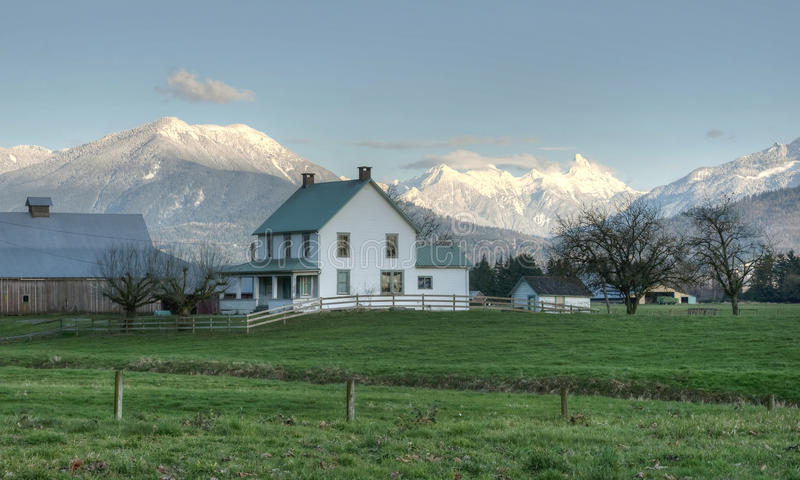 χειμώνας σκηνής αγροτικών σπιτιών χωρών στοκ φωτογραφία