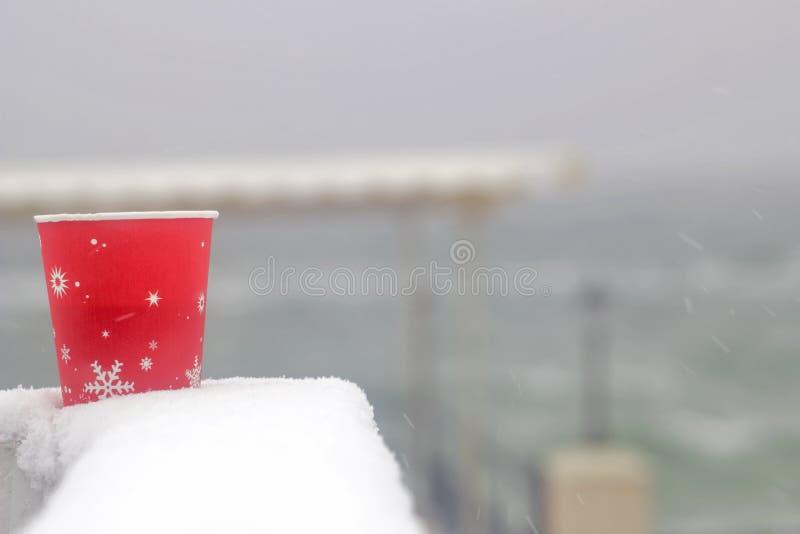 χειμώνας, φλυτζάνι καφέ, παραλία θάλασσας, θερμαίνοντας ποτό στοκ εικόνες