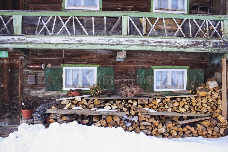 Χειμώνας, χιονώδης σωρός του καυσόξυλου μπροστά από ένα παλαιό αγρόκτημα, Βαυαρία, Γερμανία στοκ εικόνες