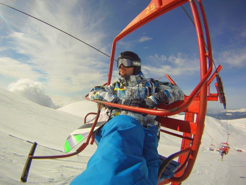 Χειμώνας hooby: ακραίος αθλητισμός - snowboarder στο τελεφερίκ στοκ φωτογραφίες με δικαίωμα ελεύθερης χρήσης