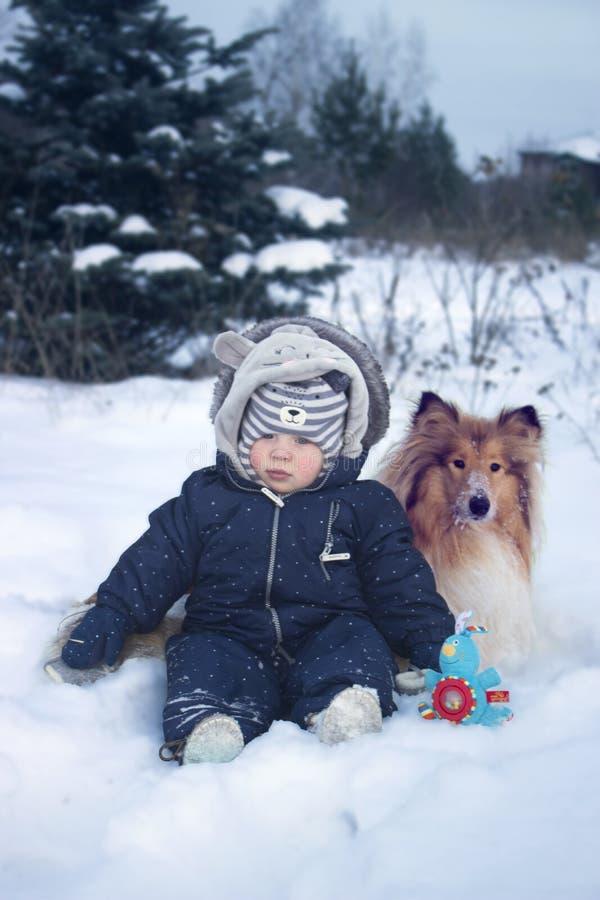 Χειμώνας portrtrait του μωρού και του σκυλιού στοκ φωτογραφία με δικαίωμα ελεύθερης χρήσης
