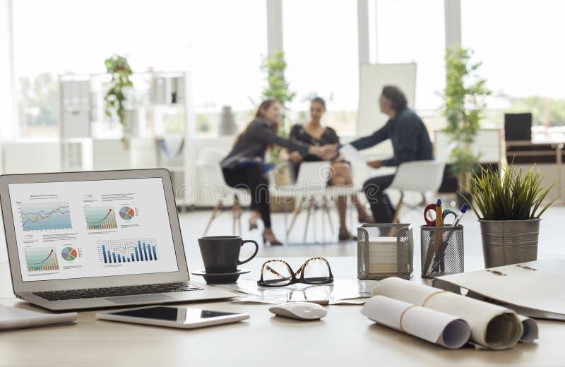 Χειραψία επιχειρηματιών στο γραφείο στοκ φωτογραφία με δικαίωμα ελεύθερης χρήσης