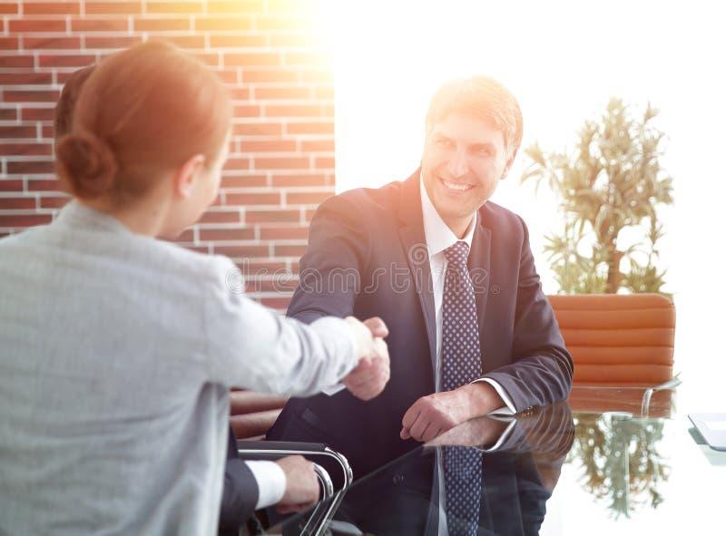 Χειραψία των επιχειρηματιών στο γραφείο στοκ φωτογραφία
