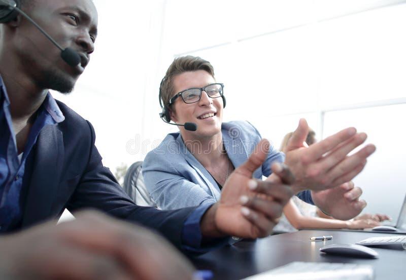 Χειριστές του τηλεφωνικού κέντρου που συζητά τα λειτουργικά ζητήματα στοκ φωτογραφία με δικαίωμα ελεύθερης χρήσης