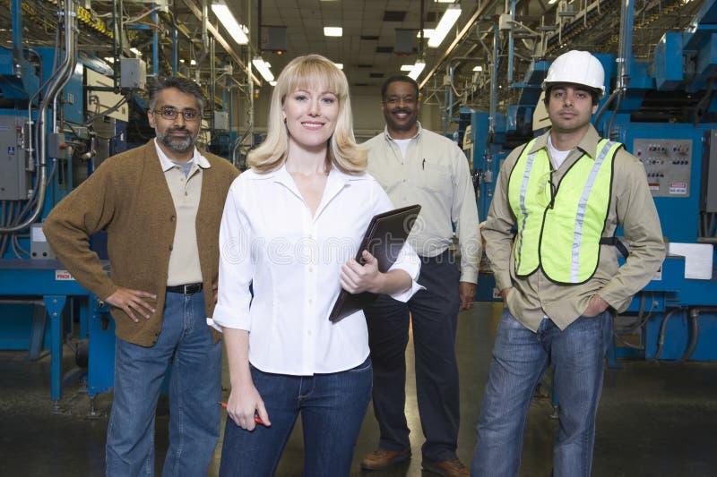 Χειριστές Multiethnic στο εργοστάσιο εφημερίδων στοκ εικόνες