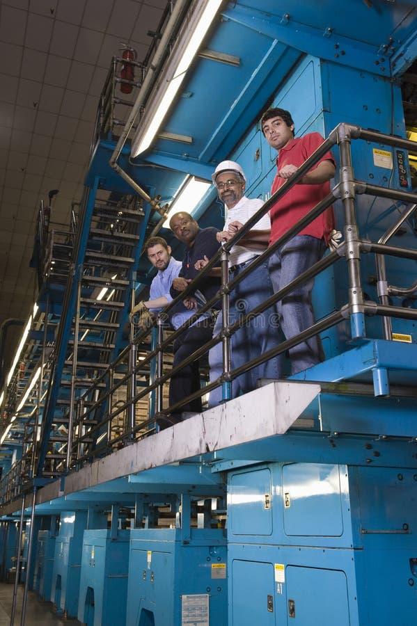 Χειριστές Multiethnic στο εργοστάσιο εφημερίδων στοκ φωτογραφία
