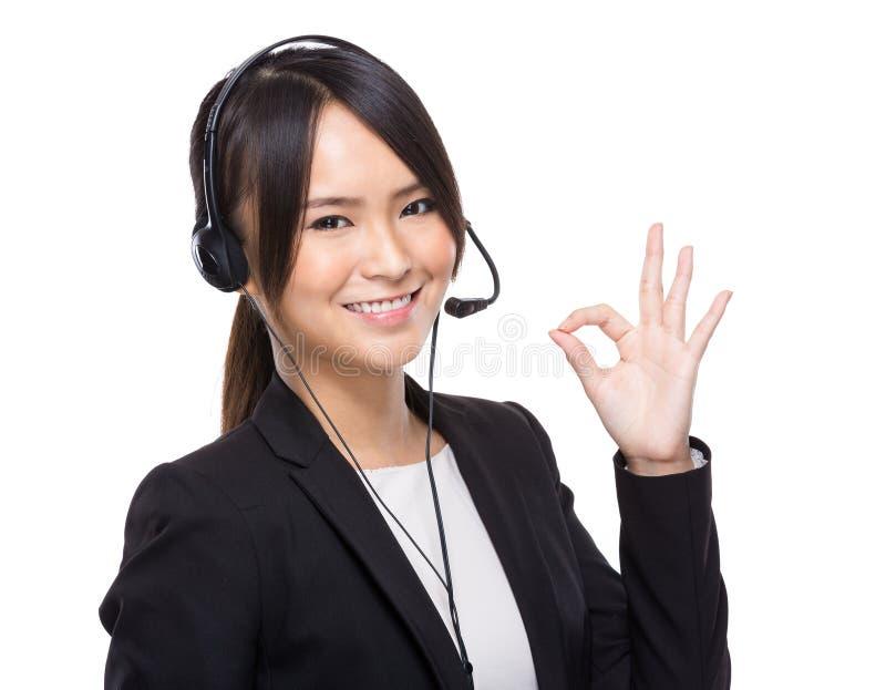 Χειριστής εξυπηρέτησης πελατών με το εντάξει σημάδι στοκ εικόνες