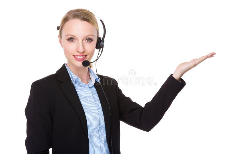 Χειριστής εξυπηρετήσεων πελατών με την ανοικτή παλάμη χεριών στοκ εικόνες