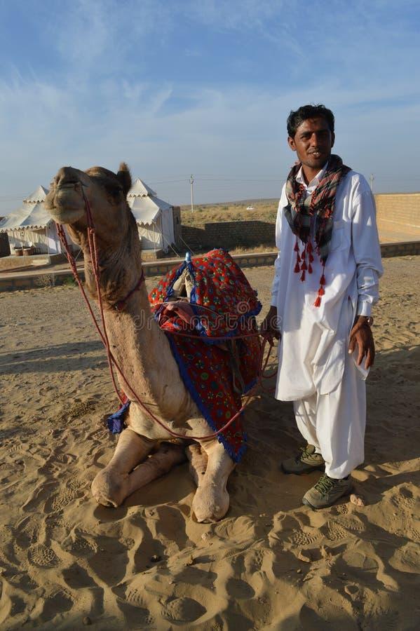 Χειριστής με την καμήλα στοκ φωτογραφίες